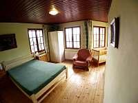 ložnice v 1.poschodí postel 160x200 a dětská postýlka