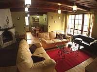 obývací pokoj s možnosí vstupu na terasu