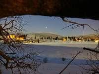 pohled od chalupy na večerní Sněžku