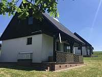 Soukromí je na trávníku pod terasou - chalupa ubytování Čistá v Krkonoších