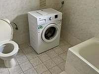 Koupelna s vanou a pračkou v podkroví - chalupa k pronájmu Černý Důl - Čistá v Krkonoších