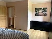 Ložnice - úložné prostory - apartmán k pronajmutí Vítkovice v Krkonoších