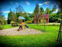 Veřejné dětské hřiště nedaleko od chalupy. - Lampertice