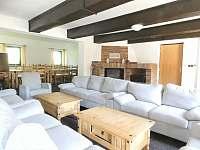 Společenská místnost s krbem - chalupa k pronájmu Žacléř