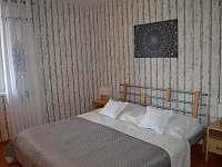 Ložnice s manželskou postelí - rekreační dům ubytování Úpice