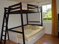 Ložnice větší pro 2 dospělé a 2 děti - pronájem rekreačního domu Úpice