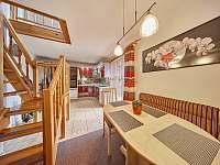 Jídelna a schodiště do horního patra - chata k pronájmu Trutnov - Poříčí