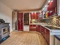 Kuchyň a krbová kamna - pronájem chaty Trutnov - Poříčí