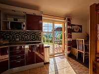 Kuchyň a vchod na terasu - chata k pronajmutí Trutnov - Poříčí