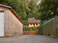 Parkovací místo pro 2 osobní auta - chata k pronájmu Trutnov - Poříčí