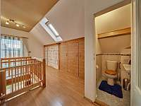 Úložné prostory a WC - horní patro - chata k pronájmu Trutnov - Poříčí