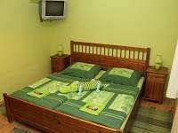 Zelený dvoulůžkový pokoj