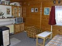 Obývací místnost - chata k pronájmu Prkenný Důl