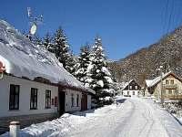 Zimní silnice v Prkenném Dole - směr skiareál Arrakis - chata k pronajmutí