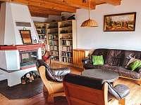 Obytná místnost propojená s kuchyní a knihovnou - chata k pronájmu Oblanov - Dolce