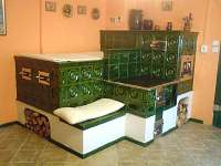 kachlová pec v kuchyni - chalupa ubytování Janské Lázně