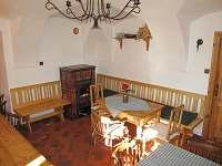 Společenská místnost s kamny hned vedle kuchyně. Dřevo na topení zdarma. - Vidochov