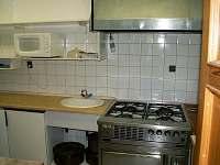 Velká vybavená kuchyň s myčkou na nádobí. - chalupa k pronájmu Vidochov