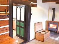 Dveře spojující společenskou místnost a sdílenou kuchyň - chata k pronájmu Malá Úpa