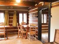 Společenská místnost s 5 stoly - chata k pronajmutí Malá Úpa
