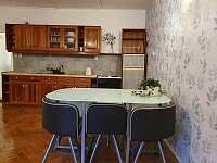 jídelní stůl - apartmán k pronajmutí Svoboda nad Úpou