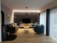 Obývací pokoj ap. A s nasvíceným obložením - pronájem apartmánu Černý Důl