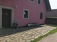 Vchod do domu majitelů - apartmán k pronajmutí Lánov