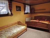 Ložnice s manželským lůžkem a rozkládací postelí pro 2 osoby.