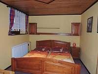 Ložnice s manželským lůžkem a rozkládací postelí pro 2 osoby. - Poniklá