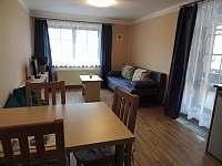 Obývací pokoj s kuchyňským koutem.