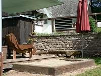 Dřevěná terasa, pískoviště - chalupa k pronájmu Radvanice - Slavětín