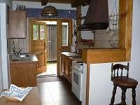 Kuchyňka v přízemí s přímým vstupem na terasu