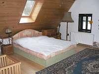 Velká čtyřlůžková ložnice v podkroví