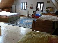 Velká čtyřlůžková ložnice v podkroví - chalupa k pronájmu Radvanice - Slavětín