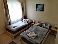 Pokoj s oddělenými postelemi - chalupa k pronajmutí Hostinné