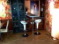 barový pultík v obývacím pokoji