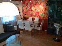jídelní kout v obývacím pokoji