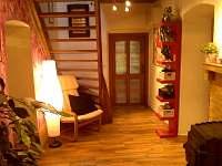 pohled do haly na vstupní dveře z předsíně