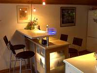 pohled do kuchyně na jídelní bar