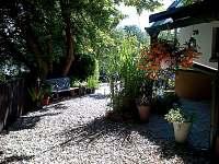pohled směrem ke spodní části zahrady