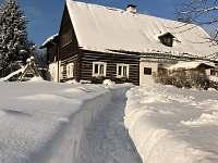Zima před chalupou