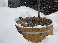 Koupací sud v zimě.