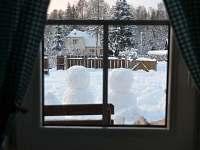 zimní pohled z okna - chalupa k pronájmu Rudník