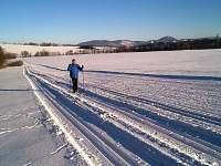 okolí - bílé stopy na boberských loukách