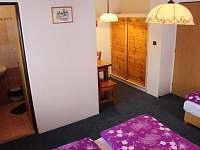 Pokoj č. 1 + vchod do vlastní koupelny - chalupa ubytování Vysoké nad Jizerou