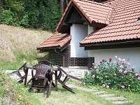 Posezení před domkem