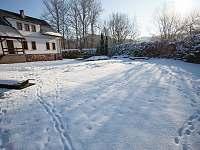 Pohled ze zahrady v zimě - pronájem apartmánu Rudník - Javorník