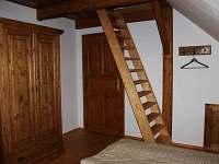 schody v zeleném pokoji na hambálku - Horní Lysečiny
