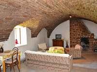 Společenská místnost s klenutými stropy - chalupa ubytování Kundratice