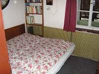 ložnice v přízemí - 2 lůžka - chalupa k pronájmu Jablonec nad Jizerou